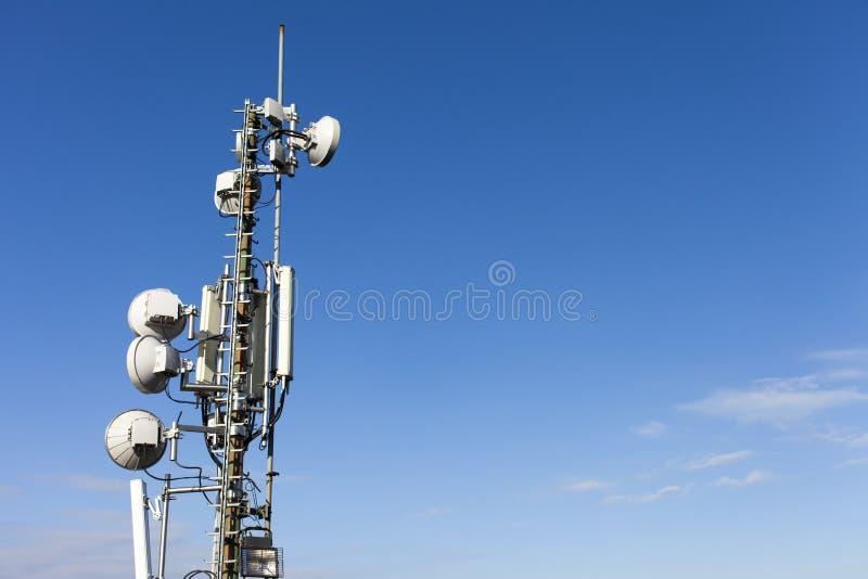 Telekomunikacja maszt z antenami obraz stock