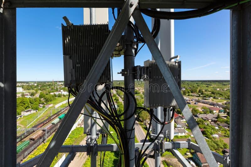 Telekomunikacja maszt z mikrofal? lub wierza, radiowe panel anteny, plenerowe dalekie radiowe jednostki, w?adza kable, wsp??osiow zdjęcia royalty free
