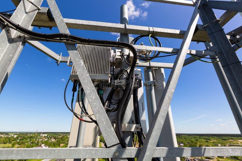 Telekomunikacja maszt z mikrofal? lub wierza, radiowe panel anteny, plenerowe dalekie radiowe jednostki, w?adza kable, wsp??osiow obraz royalty free