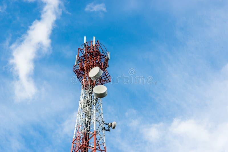 Telekomunikacje górują z wiele antenę satelitarną na niebieskie niebo chmury tle obraz stock