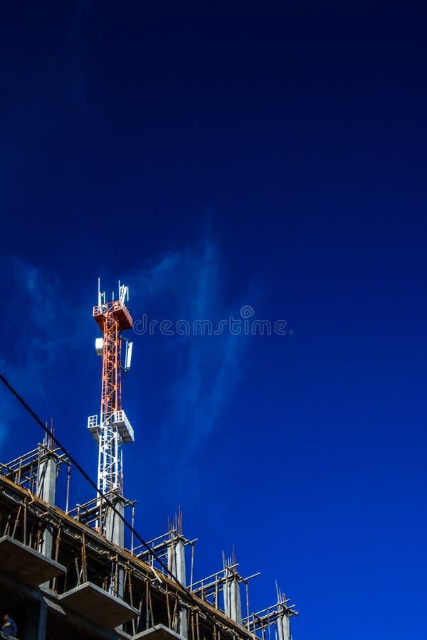 Telekomunikacji wierza na górze w budowie budynku zdjęcia stock