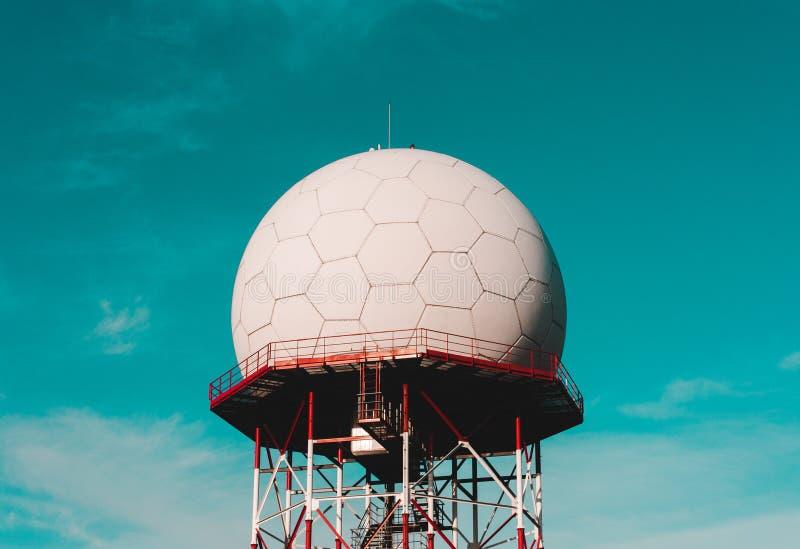 Telekomunikacji wierza przeciw niebieskiemu niebu, Telekomunikacyjna celullar wisząca ozdoba, komórki antena, nadajnik fotografia stock