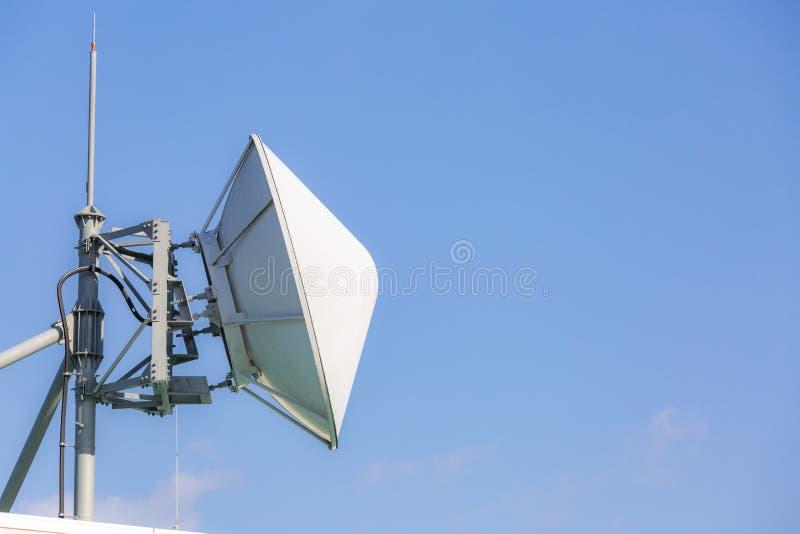 Telekomunikacyjna satelita i radiowy nadajnik zdjęcie royalty free