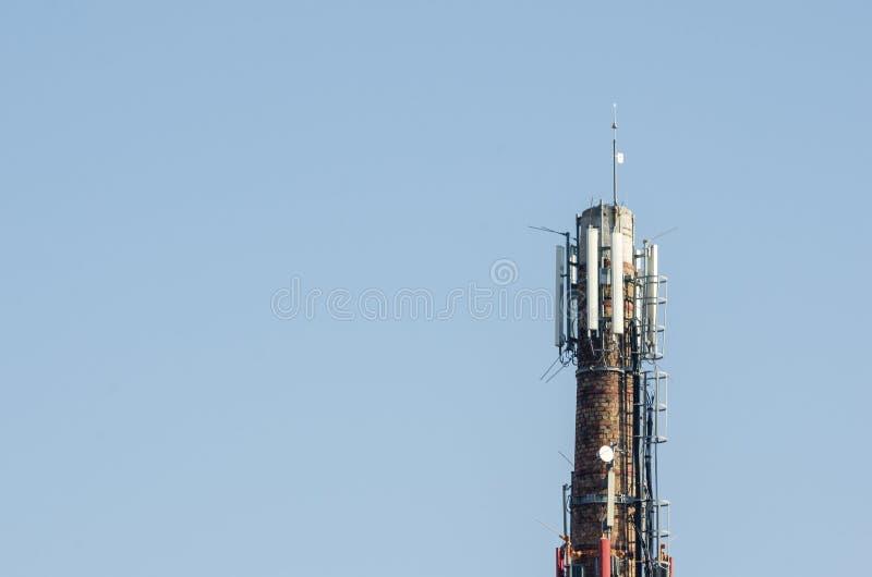 Telekomunikacyjne anteny plenerowe na wysokiej metalu słupa budowie zdjęcie royalty free