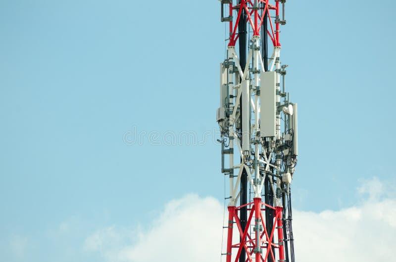 Telekomunikacyjne anteny plenerowe na wysokiej metalu słupa budowie zdjęcia royalty free