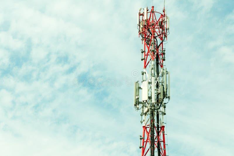 Telekomunikacyjne anteny plenerowe na wysokim metalu słupa budowy zakończeniu up fotografia royalty free