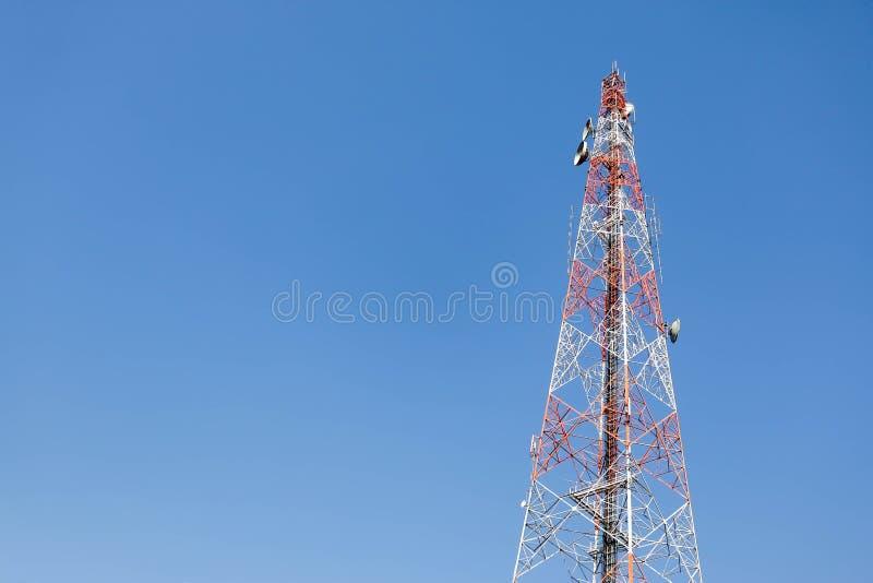 Telekomunikacyjni sieć związki, niebieskie niebo i obrazy royalty free