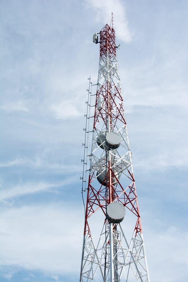 Telekomunikacyjnych i telewizyjnych anten anteny satelitarnej komunikacyjny wierza słup obrazy royalty free