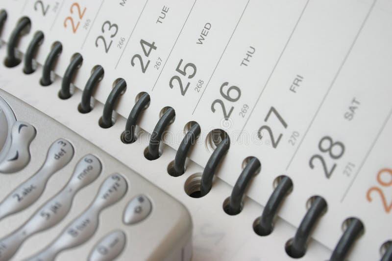 Telemóvel no diário do planeamento imagens de stock