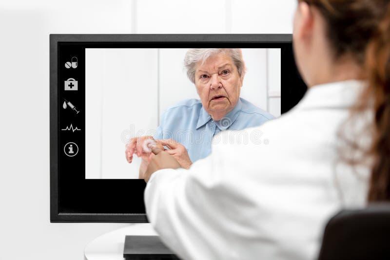 Telemedicina y cuidado mayor con una mujer mayor y un doctor i foto de archivo
