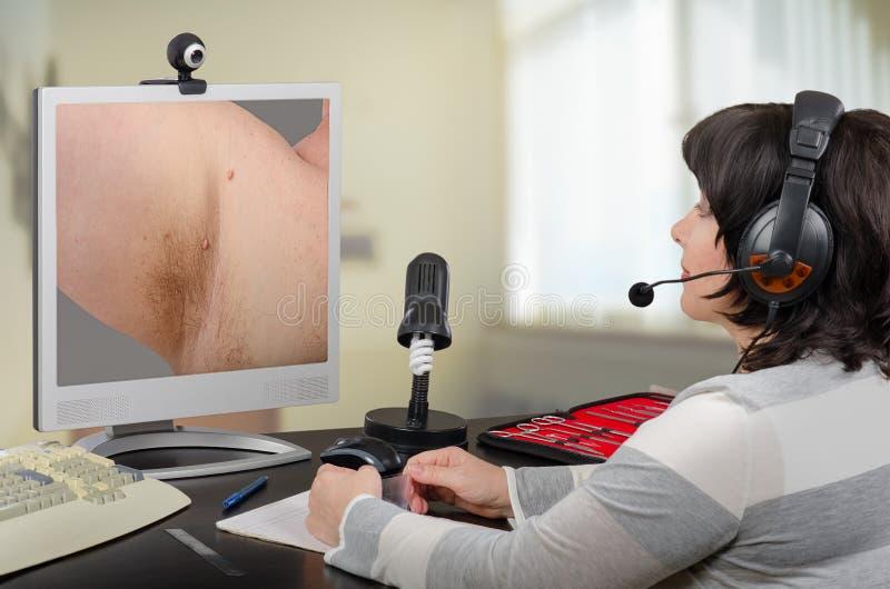 Telemedicine dermatologa skóry przyglądające etykietki obrazy stock