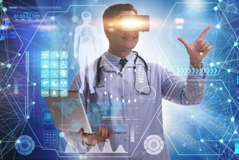 Telemedicinebegreppet med bärande vrexponeringsglas för doktor arkivfoto
