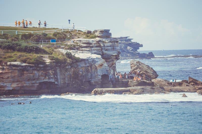 Teleobiettivo di Sydney Bondi Beach con la gente immagine stock