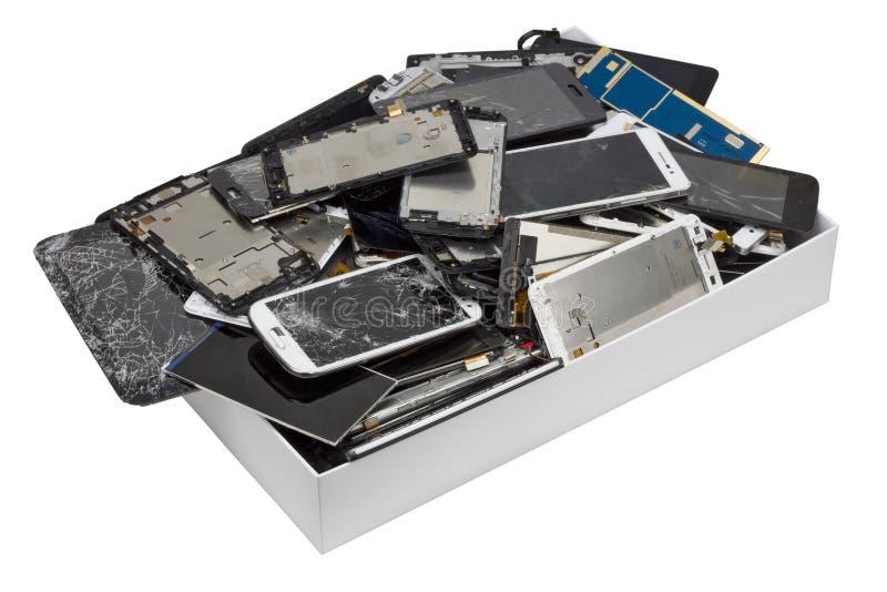 Telephons cassés dans la boîte en carton blanche photo stock