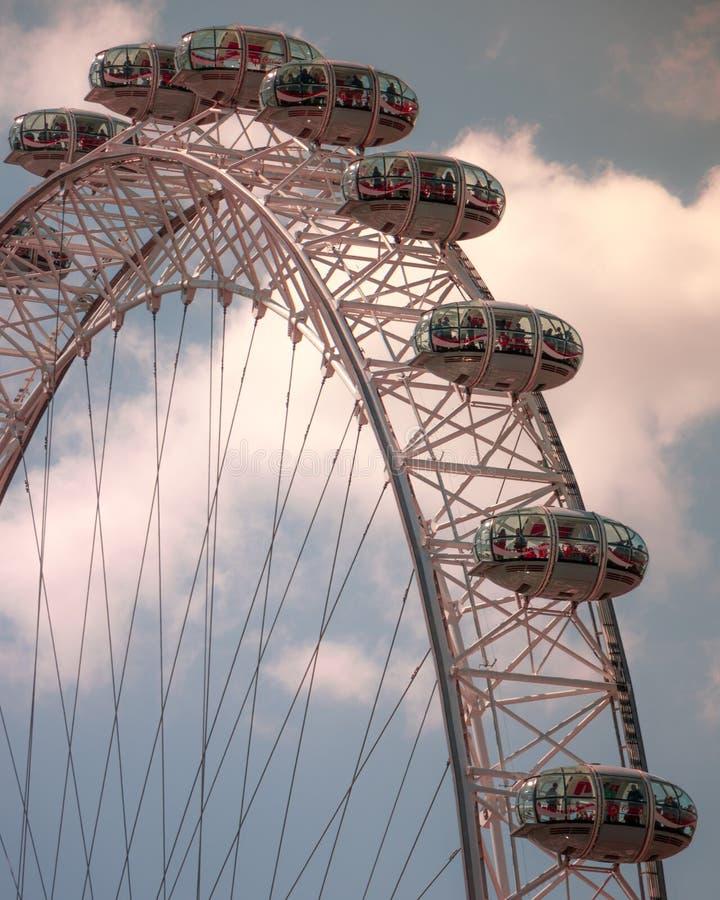 Telephoto de London Eye con las nubes imagen de archivo