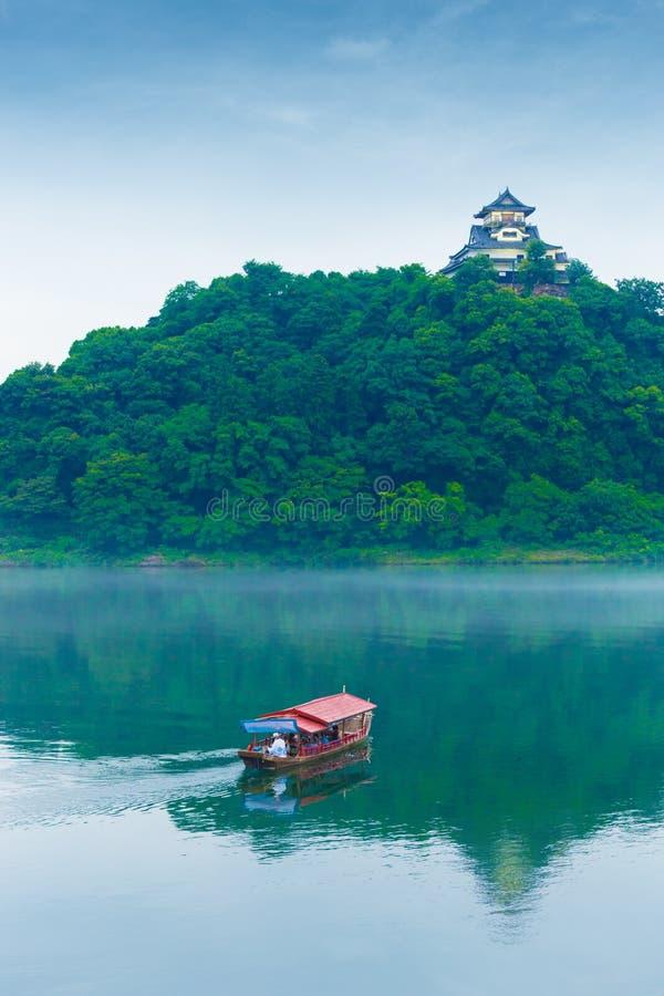Telephoto del barco turístico del río del castillo de Inuyama fotos de archivo