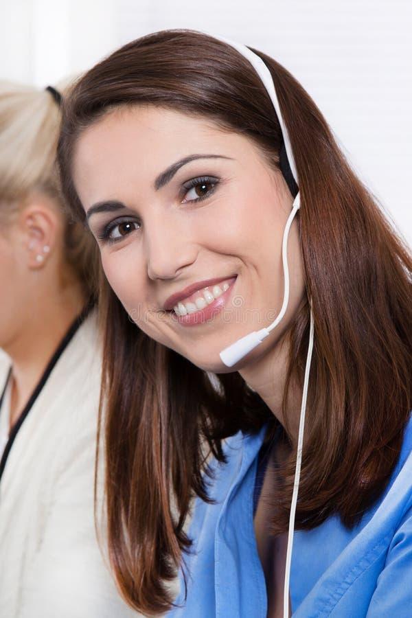 Telesales ή helpdesk - ευτυχής όμορφη γυναίκα στο μπλε με την κάσκα στοκ φωτογραφία