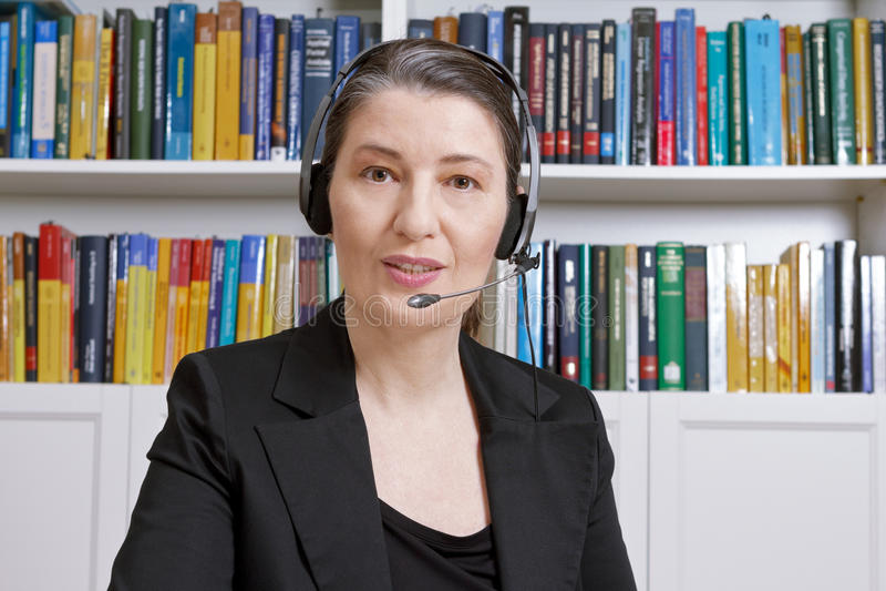 Telesales телемаркетинга офиса шлемофона женщины стоковые фотографии rf