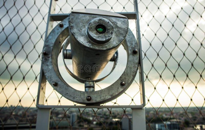Telescópio clássico do formulário para observar a paisagem litoral Amsterdão - foto de stock