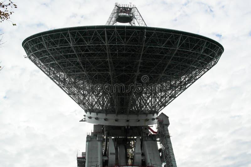 Telescópio de rádio enorme na floresta fotografia de stock royalty free