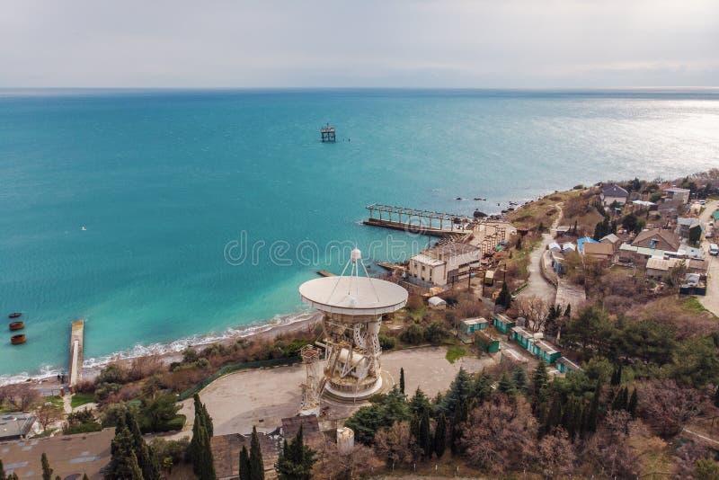 Telescópio de rádio RT-22 no obervatório de Simeiz, Crimeia Antena de antena parabólica branca grande na costa de mar para a pesq imagem de stock royalty free