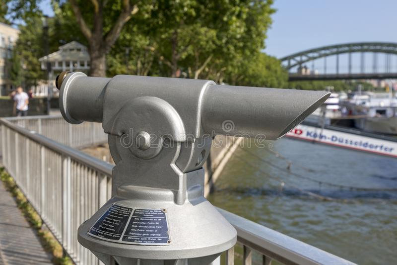 Telescópio pequeno no passeio do Rhine River na água de Colônia imagens de stock
