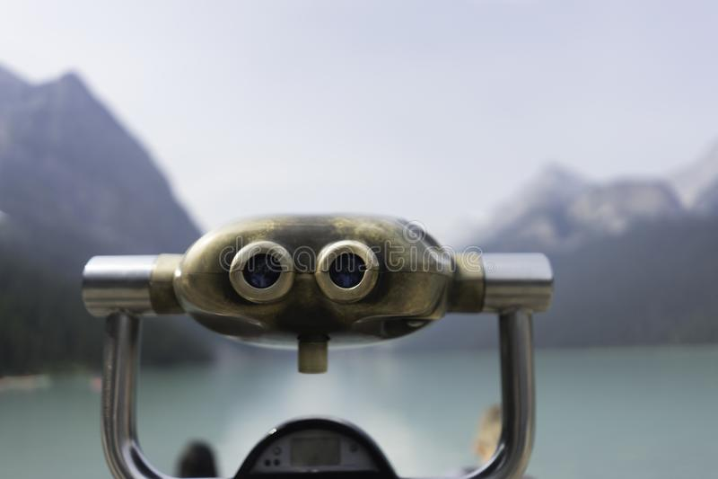 Telescópio por Lake Louise em Alberta Canada foto de stock