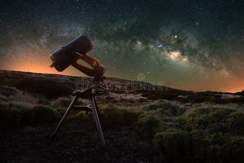 Telescópio que olha a Via Látea na primavera visível do parque nacional de Teide perto do obervatório O Júpiter é efervescente ce foto de stock