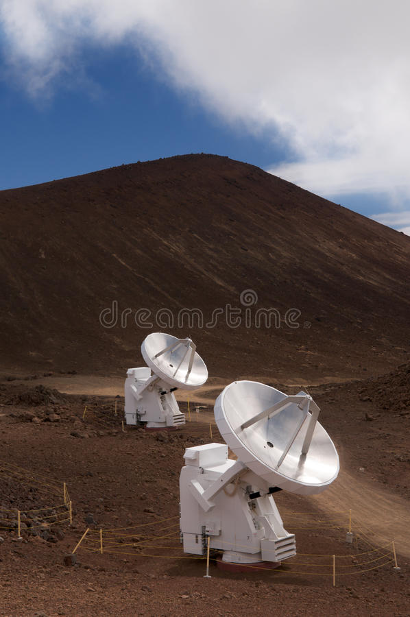 Telescópios de rádio em Mauna Kea, console grande, Havaí fotografia de stock