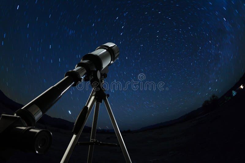 Telescoop aan de duidelijke nachthemel en de sterren die wordt gericht stock afbeeldingen