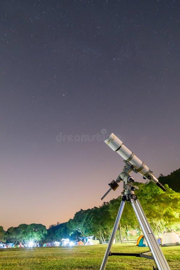 Telescoop in Kampeerterrein en Sterrige Hemel stock afbeelding