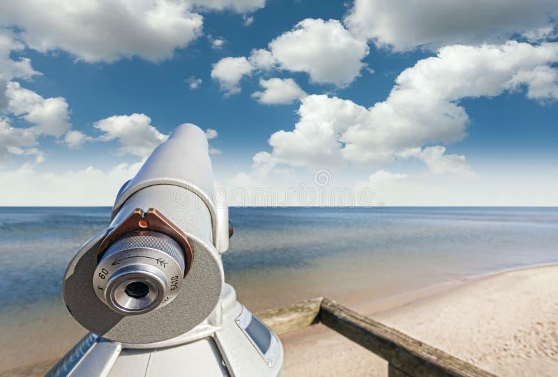 Telescoop op een strand op mooie hemel wordt gericht die stock afbeelding