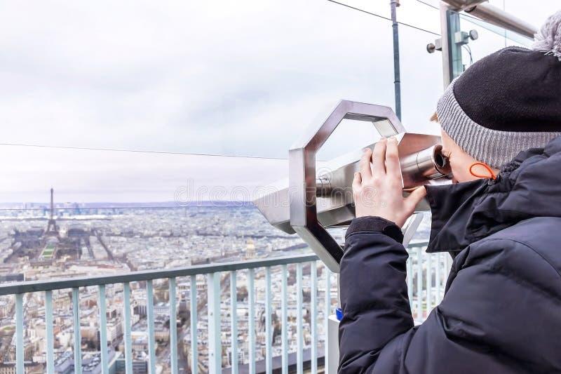 Telescoop van Montparnasse De jongen kijkt aan de toren van Eiffel stock fotografie