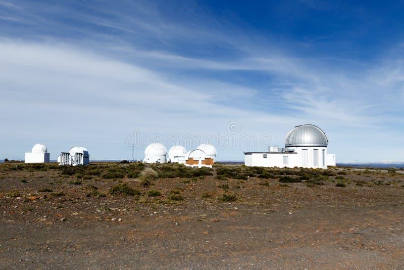 Telescoopgebouwen - de mening van het Sutherland-Waarnemingscentrum S stock foto's