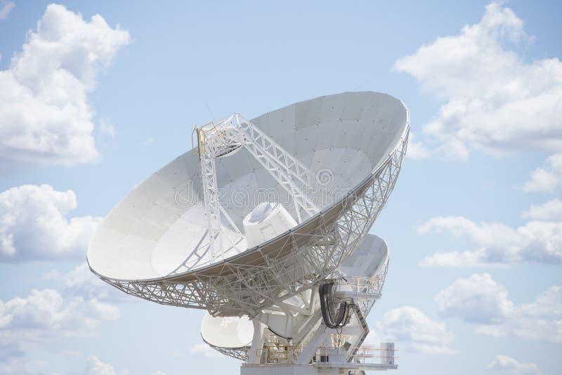 Telescoopschotel met blauwe zonnige hemel stock foto's