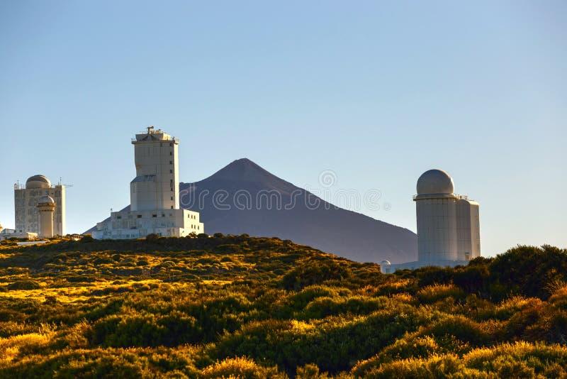 Telescopen van het Astronomische Waarnemingscentrum Izana met Volcano El Teide stock afbeelding
