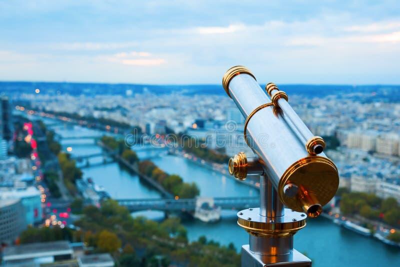 Telescopio antico con la vista sopra Parigi immagini stock