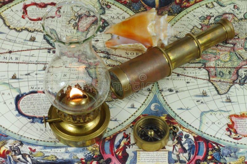 Telescopio, compás, lámpara de keroseno y concha marina fotografía de archivo