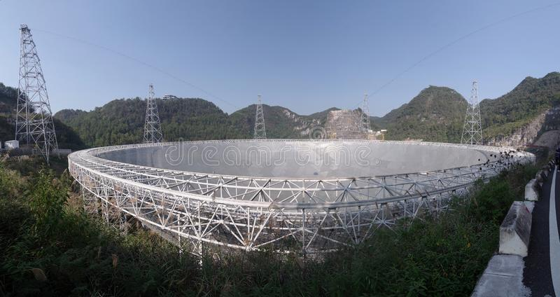 telescopio de radio esférico de la abertura del Cinco-ciento-metro foto de archivo libre de regalías