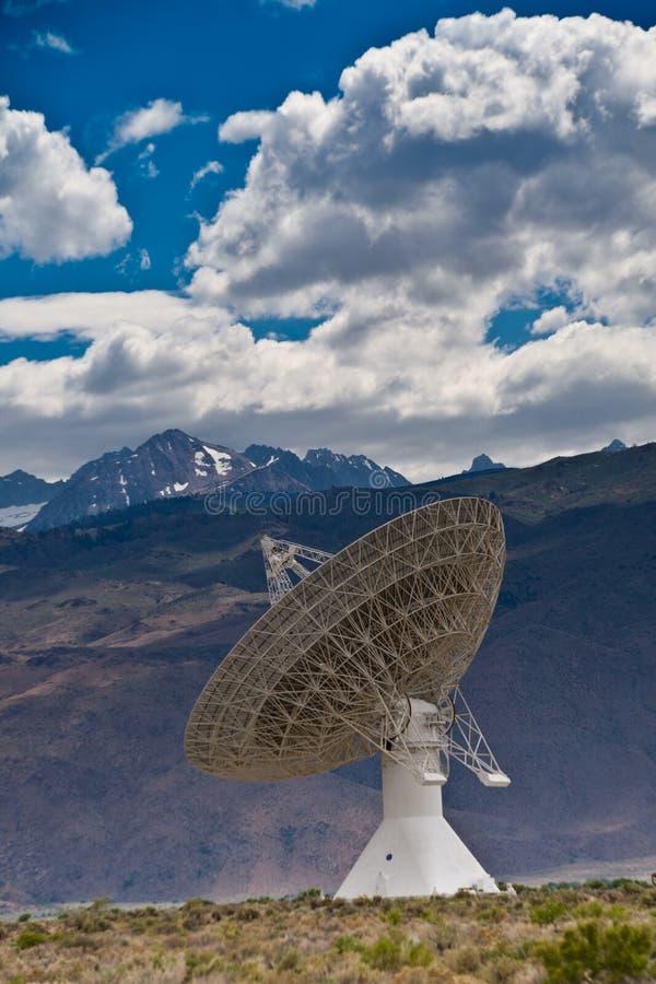 Telescopio de radio y sierra montañas de Nevada fotografía de archivo