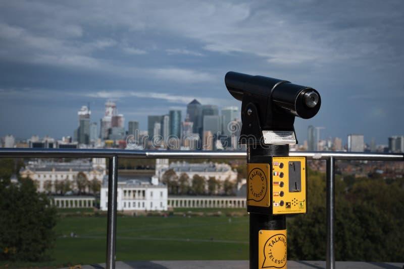 Telescopio di conversazione su una piattaforma di osservazione nel parco reale di Greenwich con una vista sulla casa della regina fotografie stock libere da diritti