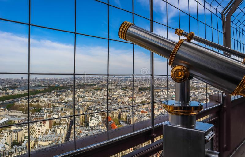 Telescopio e vista aerea della città di Parigi dalla torre Eiffel france Aprile 2019 fotografie stock libere da diritti