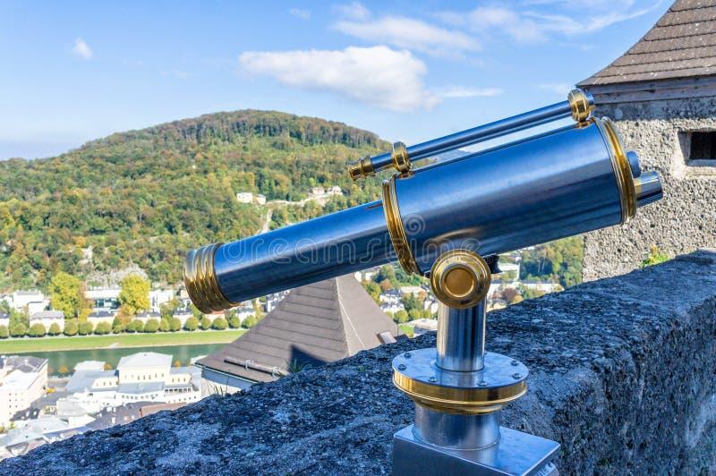 Telescopio en punto de vista a la ciudad panorámica en castillo en Salzburg Austria imagen de archivo libre de regalías