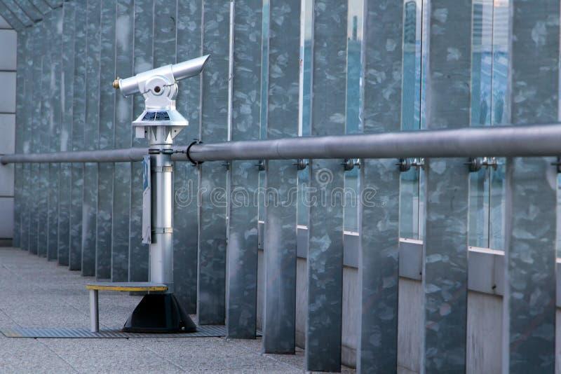Telescopio a gettoni sulla piattaforma di osservazione fotografia stock libera da diritti