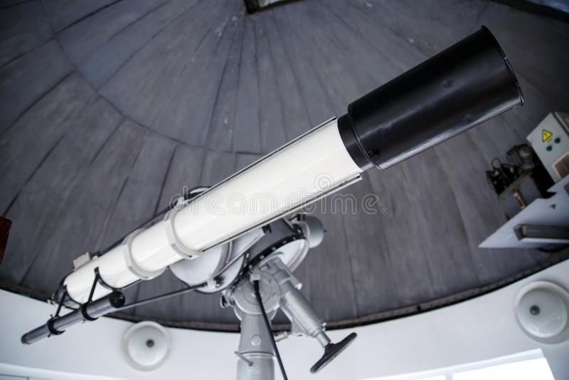 Telescopio grande debajo de la bóveda del observatorio astronómico fotografía de archivo libre de regalías