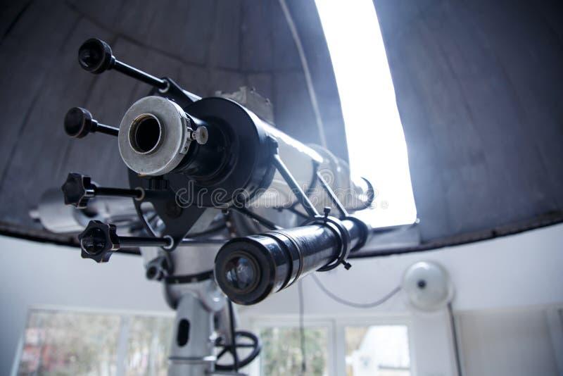 Telescopio grande debajo de la bóveda del observatorio astronómico fotos de archivo