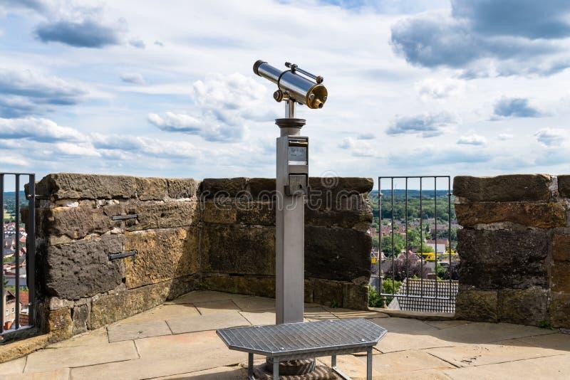 Telescopio pagato della singola lente, insieme su un'alta posizione di vantaggio con una vista della città immagini stock