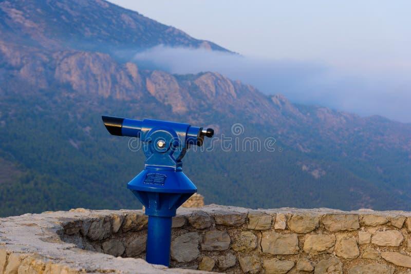 Telescopio panorámico azul que pasa por alto el valle de Guadalest en la provincia de Alicante, igualando tiempo foto de archivo