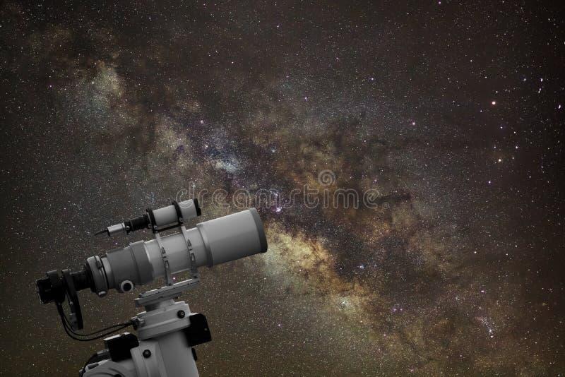 Telescopio que mira la galaxia de la vía láctea en el cielo nocturno fotografía de archivo libre de regalías