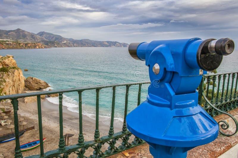 Telescopio turístico que señala a la playa de Calahonda en Balcon de Euro fotos de archivo